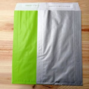 Sobre papel con adhesivo colores